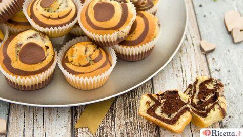 I muffin zebrati sono piccoli dolci monoporzione soffici egolosi: una vera delizia non solo per il palato, ma anche per gli occhi. Ideali a colazione o a merenda, i nostri muffin sono una variante della classica torta marmorizzata: alternando nel modo giusto l'impasto chiaro e quello scuro otterremo dei dolcetti bicolore, che ricordano pr