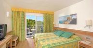 Toutes les chambres et suites de l'hôtel IBEROSTAR Club Cala Barca ont été entièrement rénovées pour vous procurer d'avantage de détente et de confort durant votre séjour à Majorque. L'hôtel compte 619 logements, soit 527 chambres familiales (dont 13 sont accessibles aux personnes à mobilité réduite), 19 appartement avec cuisine, 32 chambres doubles, 32 suites Junior et 9 suites.