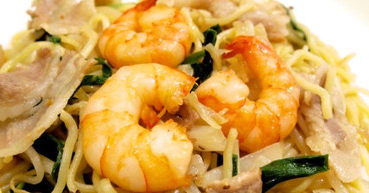 具材は豚肉と青野菜、味付けは甘い中国醬油と至ってシンプルな本場の上海焼きそば。 冷蔵庫にあるもので簡単に作ります♪