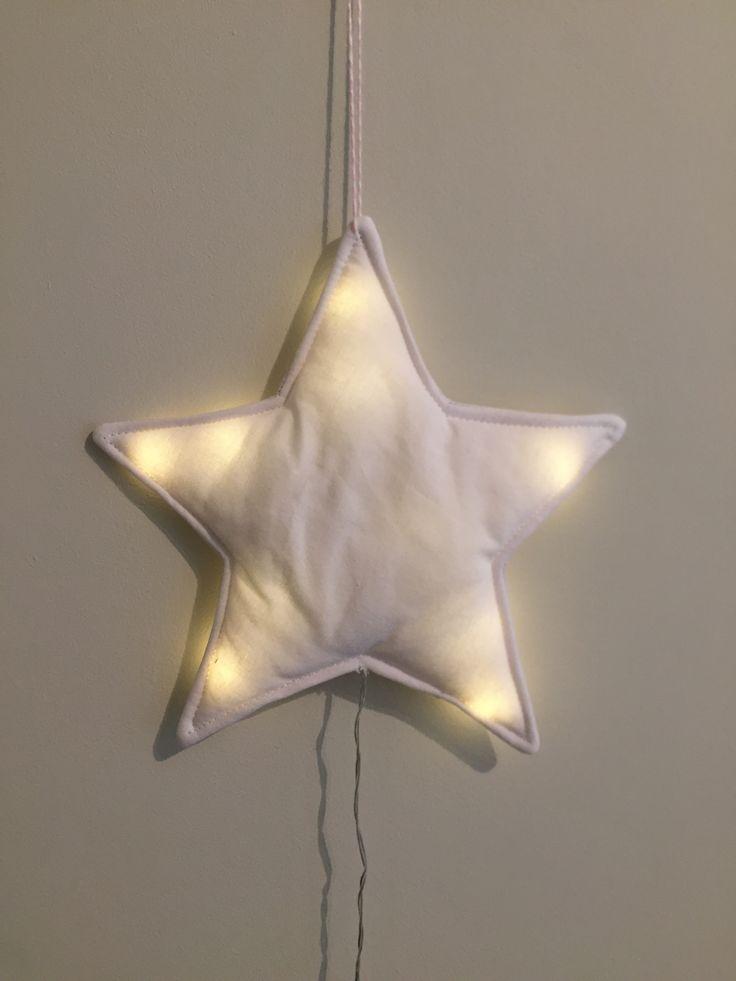 Veilleuse étoile blanche Réalisée en drap ancien teint Elle s'éclaire grâce à 10 LED avec un interrupteur et 2 piles LR6 (non fournies) Dimensions 27 x 18cm Prix : 40 €
