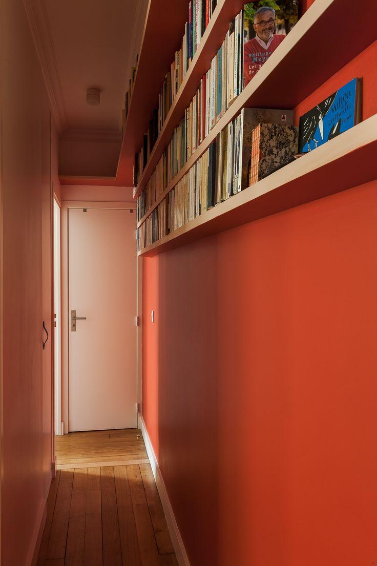 Un couloir haut en couleur dans un petit 3 pièces parisien réaménagée par l'agence d'architecture Maéma