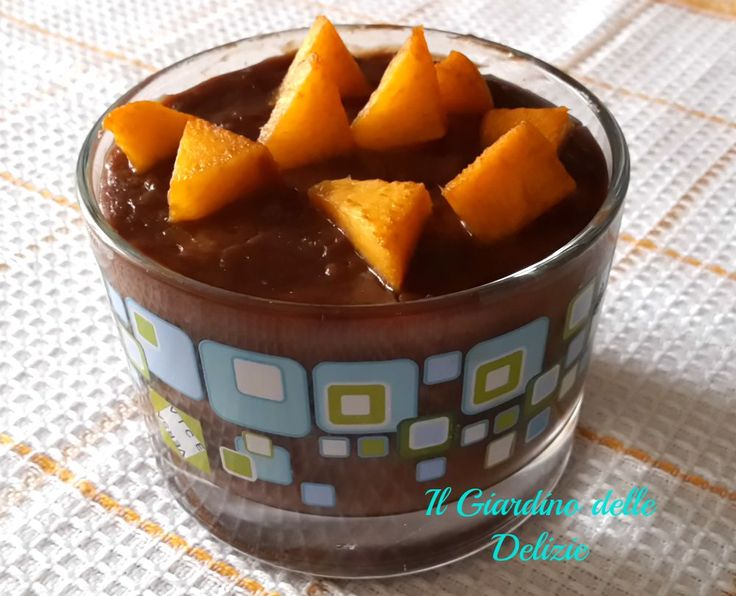 Crema con latte di soia e cioccolato bianco è una golosa crema da gustarsi così al cucchiaio, con aggiunta di frutta a piacere