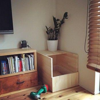 木目が美しい板を使えば、箱型に組み立てるだけで、インテリアにもなじむおしゃれなカバーに。前面と上部は大きくスペースを開けると、トイレの出し入れも簡単。
