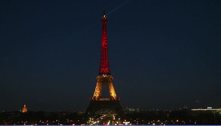 La tour Eiffel aux couleurs du drapeau belge en solidarité avec Bruxelles