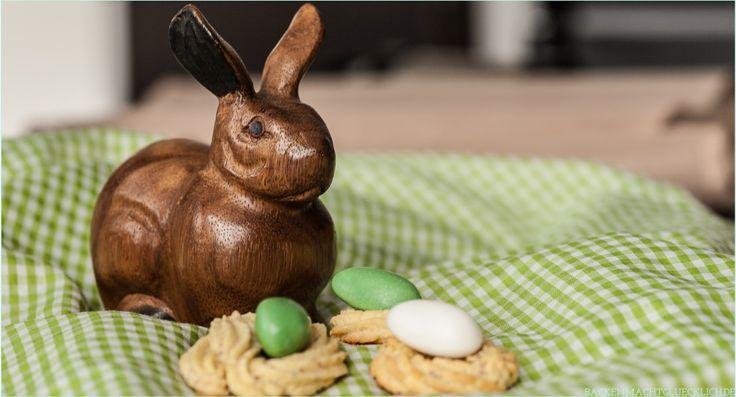 Leckeres Gebäck für Ostern: Spritzgebäck-Kringel verziert mit kleinen Zuckereiern, werden zu Nester für Ostern. Das Rezept dazu gibt es hier.