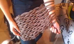 Arm knitting, ecco come lavorare a maglia senza bisogno dei ferri, usando solo le mani e le braccia.