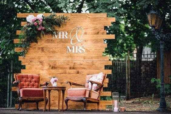 Floral y paletas de madera de las ideas del telón de fondo de la boda