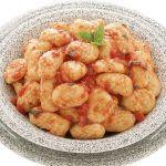 Gli gnocchi di patate vanno cotti entro un'ora dalla preparazione e conditi con burro o sugo di pomodoro. Scopri la ricetta di Sale&Pepe.
