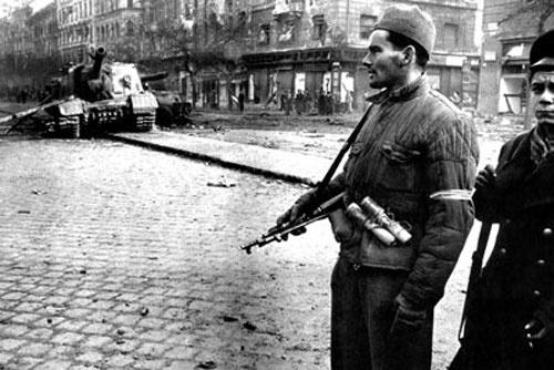L'Ungheria si ribella al regime comunista; la controffensiva russa reprime nel sangue la rivolta.  1956