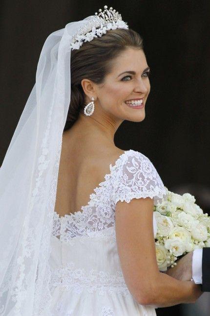 Brudklänningen hade detaljer i spets och en djup ryggringning.