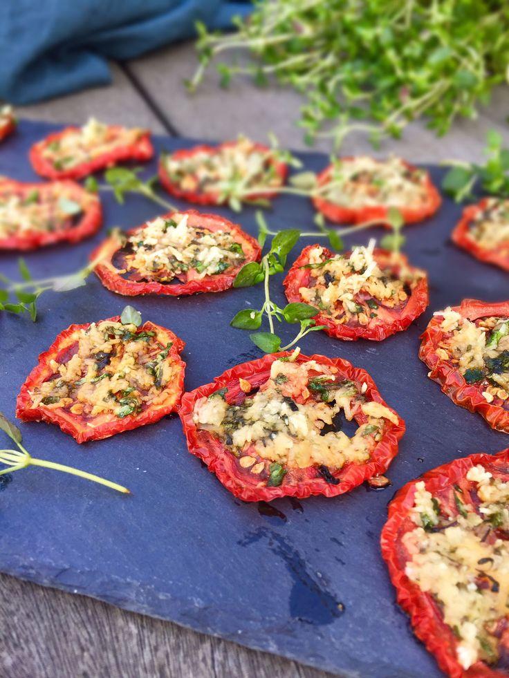 Prøv denne lækre opskrift på langtidsbagte tomater med parmesan og timian. De er superlækre og nemme at lave.