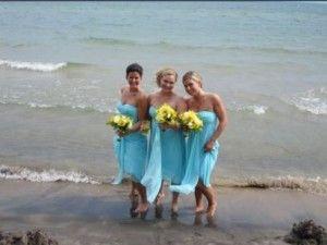 Bruidsmeisjes in turquoise met gele bloemen