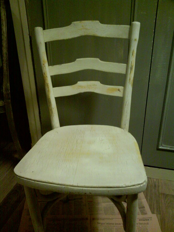"""Chaise donnée par la patron du restaurant """"Soleil"""" à côté du square - AVANT transformation - 1er décapage déjà réalisé : je vois apparaître une ancienne couleur ocre au dessous."""