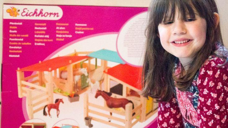 Schuften im Pferdestall als Spielzeug kennenlernenFamilienblog   Mamablog   Never Perfect