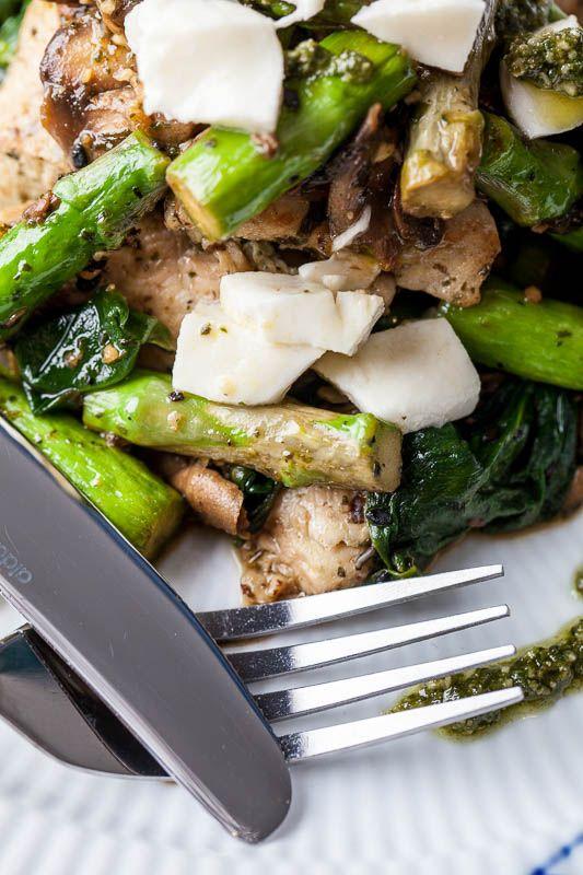 Lækker aftensmad helt uden stivelse... Kylling med asparges, champignon, pesto og frisk mozerella   Mormor er det nye sort