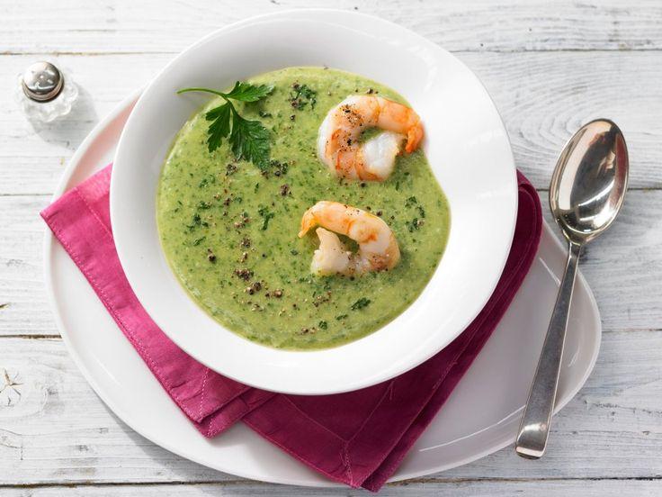 Unwiderstehliche Mischung: bodenständiges Gemüse und edles Seafood: Petersilien-Pastinaken-Suppe mit Scampi | http://eatsmarter.de/rezepte/petersilien-pastinaken-suppe