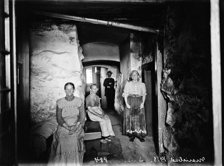 Sauna Marie-Badin henkilökuntaa Brander Signe HKM 1913 Helsingin kaupunginmuseo Sauna Marie-Badin henkilökuntaa. Mariankatu 13a. -- negatiivi ja vedos, lasi paperi pahvi, mv