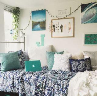 This beach style dorm room decor is so cute!