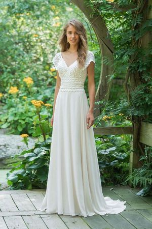 Lillian West – Kleid mit V-Ausschnitt, Spitzenoberteil, mit Cap-Ärmeln #brautkl…