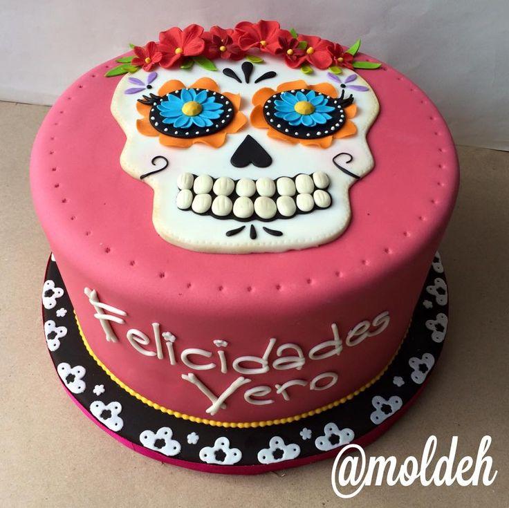 """Pastel de Calavera con flores para Cumpleaños con tema de """"Día de Muertos"""" // Calavera cake for """"Día de Muertos"""" birthday"""