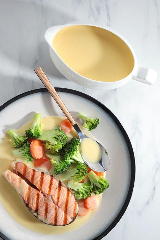 Darne de saumon aux brocolis et carottes et son nappage de sauce blanche aux œufs