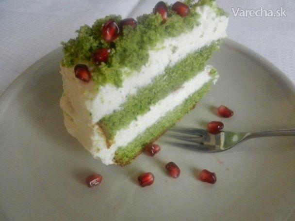 Verte či neverte, ale táto torta naozaj nemá v sebe ani štipku farbiva. V ceste je obyčajný špenát a vo výsledku ho vobec necítiť. Cesto je lahodné a vláčne, krém svieži a efekt z torty obrovský! Na našom včerajšom večierku padali rozne tipy z čoho je - zelený čaj? pistácie? brokolica? marihuana? Je to špenát a inšpiráciu som našla na poľských kulinárskych weboch, kde je tento dezert hitom.