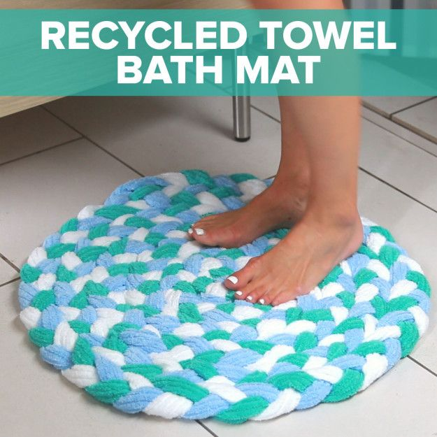 Alfombrilla de baño de toallas recicladas.Turn Old Towels Into A Soft, Sophisticated Bath Mat