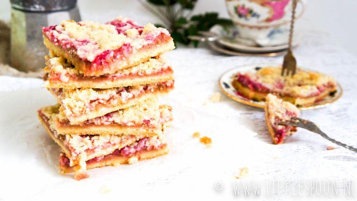 Zin om een heerlijke lenteachtige taart te bakken? Maak dan deze rabarber plaattaart eens. Met een heerlijke rabarbercompote en een crumble laagje on top!