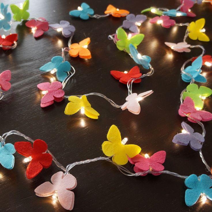 O quarto da sua filha, seu lavabo, seu espelho, sua escada...deixe-os com uma decoração exclusiva e moderna com o cordão luminoso de LED, ou luz de fada como é carinhosamente chamada.  Com 100 borboletas coloridas deixará sua casa ainda mais charmosa.    Comprimento aproximado = 7,3 m  Disponível...