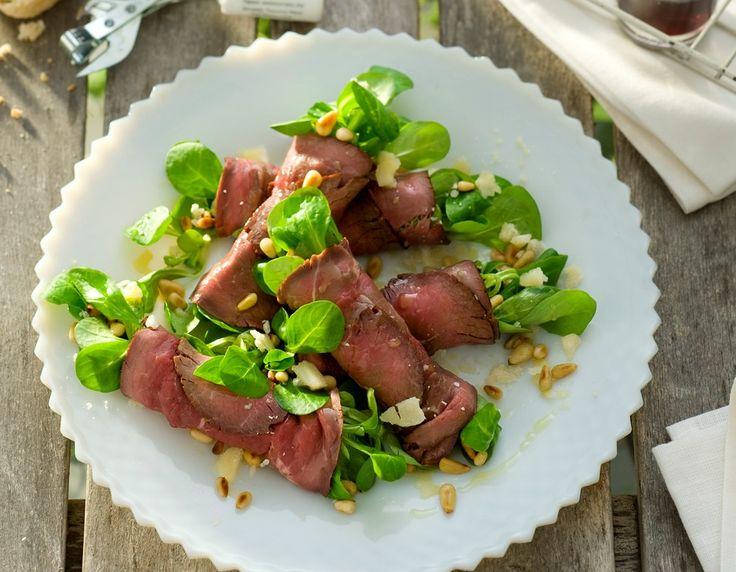Rosbiefrolletjes. Dit gerecht is een variant op de klassieke Carpaccio en zeer gemakkelijk te maken, maar niet minder smaakvol.