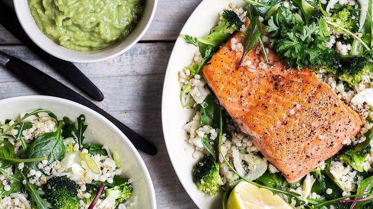 Skikkelig god middag, og restene kan du ha i matpakken dagen etter. Salat med mange gode smaker, ørret, byggryn, agurk og avokado blir et herlig måltid. Bare pass på å ikke steke fisken til for lenge, slik at den blir tørr.    Oppskrift av Hanne Buxrud/Bortebortehjemme.no