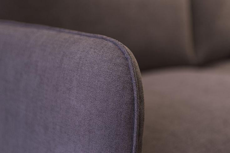 A karfán, a támlán és a párnákon végigfutó csípett varrások vázlatosan kiemelik az OPERA kanapé kecses formáját és egyben öltöztetik is azt.