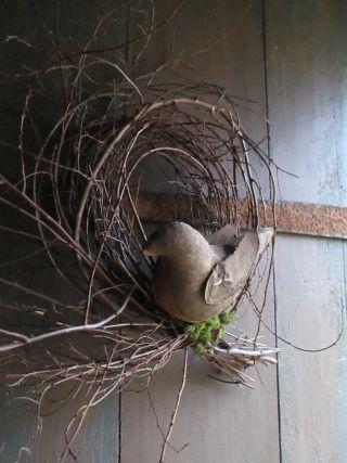 wat twijgjes en een houten vogeltje
