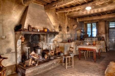 oude tijden boerderij interieur van een oud landhuis met open haard en keuken Stockfoto