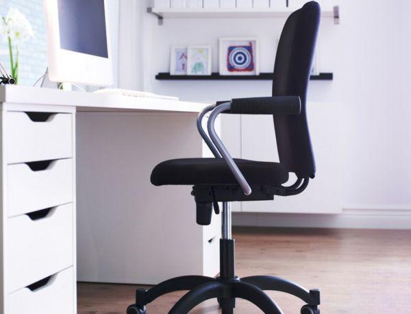 Büromöbel ikea  ikea-büromöbel-schwrazer-stuhl auf rollen und weiße schubladen ...