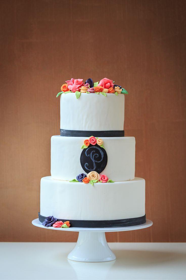 Hochzeitstorte mit Tafelkreide Monogramm - chalkboard wedding cake by Jessica Mauer Patisserie