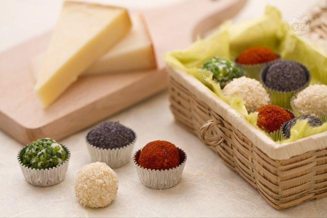 I tartufini di formaggio ai 4 colori, sono degli stuzzichini gustosissimi e sfiziosi, di facile e veloce realizzazione, formati da un mix di saporiti formaggi ricoperti da vari ingredienti.