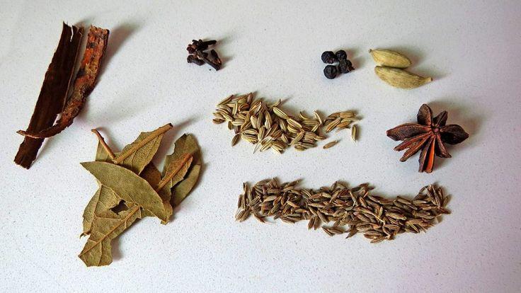 Garam Masala entero: canela, clavo de olor, pimienta, cardamomo, laurel, hinojo, anís estrella, comino.