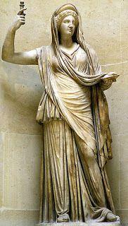Esta escultura é unha réplica en mármore dunha imaxe de Hera Campana da época Helenística do s. II d.C. O seu escultor é descoñeccido. Atópase no museo do louvre en París, Francia.  É a irmá e esposa de Zeus, malhumorada raiña do Olimpo. É a protectora do matrimonio. É moi celosa, dende logo con motivos, por culpa do seu infiel marido. Nunca perdoou ao pastor troiano Paris que pospuxese a súa beleza á de Afrodita no famoso Xuízo de Paris. Odia ás mulleres amadas polo seu marido e aos fillos…