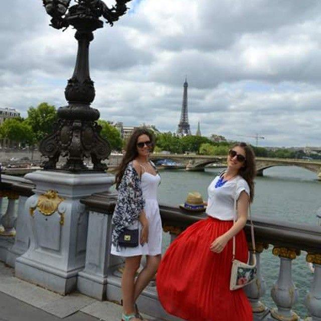 #mulpix  #amigas #friends #nofilter #paris #beautifulcity #cityoflove #aifeltower #bridge #river #happines #love #smile #windy #skirt #redtulip #colorsoffrance #shinebrightlikeadiamond