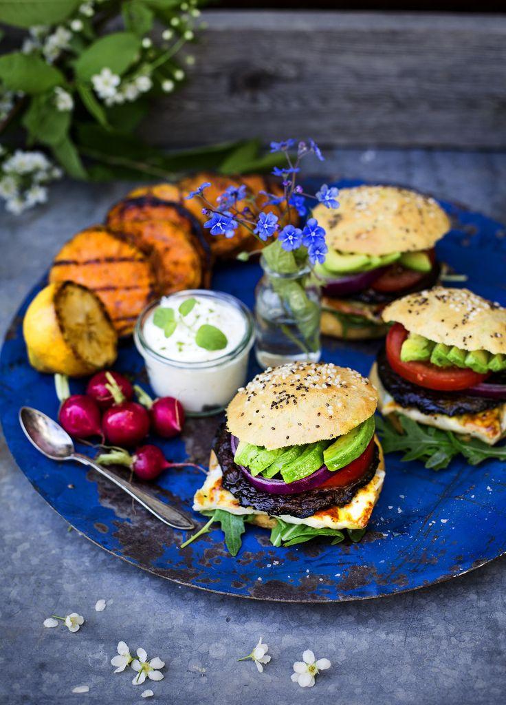 Vegetarisk portabelloburgare med glutenfritt hamburgerbröd & halloumi - Evelinas Ekologiska