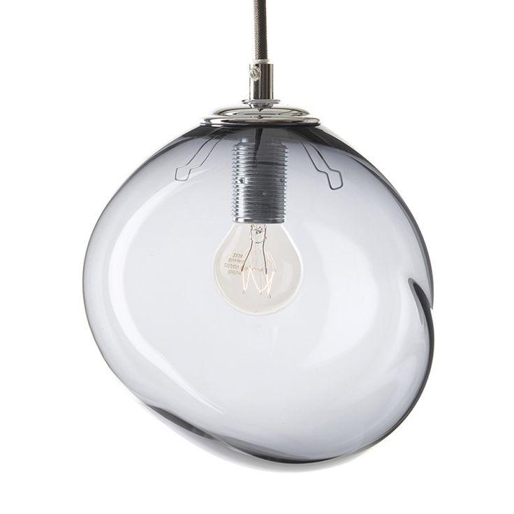 Unik glas grå pendel designet af Pernille Bülow og mundblæst på Bornholm. Ikke to lamper er ens. Forhandles i CasaShop, Illums Bolighus og hos Pernille Bülow A/S.