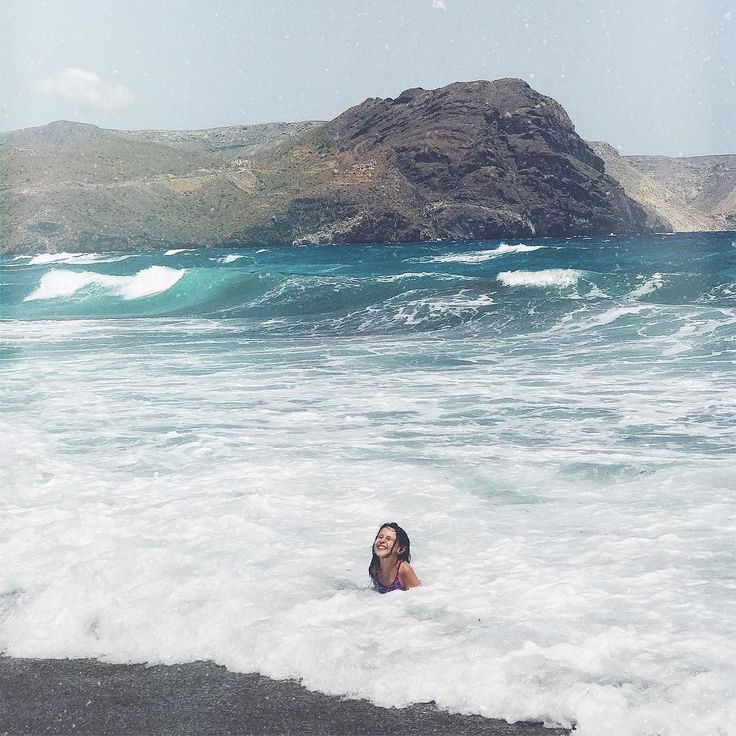 ᴹᵞ ᴹᴱᴿᴹᴬᴵᴰ Ni el viento ni el oleaje la frenaron... Ella se lanzó al mar como buena chicarrona del norte a saltar las olas! Jajajaj Felicidad en estado puro mi niña da gusto verte...       #jimena #happiness #playeando #almeria #igersalmeria #wanderlust #childhood #beach #summer #veranovale #candidchildhood #vanlife #van #travel #familytrip #viajarconniños #childhoodunplugged#ig_kids…