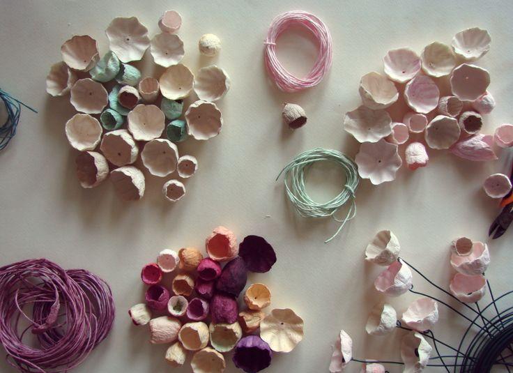 Eco design: Fiori di cartapesta dipinti a mano . Matrimonio green, eco gioielli di carta by Alessandra Fabre Repetto
