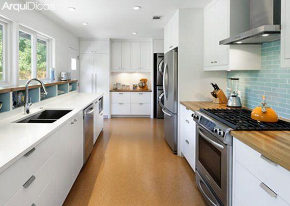 A cozinha do tipo corredoré o modelo mais comum nos novos apartamentos compactos que encontramos por aí. Estreita e profunda, ela é um desafio para quem decora, mas pode ficar bonita e bem resolvida se for bem planejada. O segredo para torná-la funcional é usar de todos os artifícios possíveis para otimizar o espaço deLeia mais