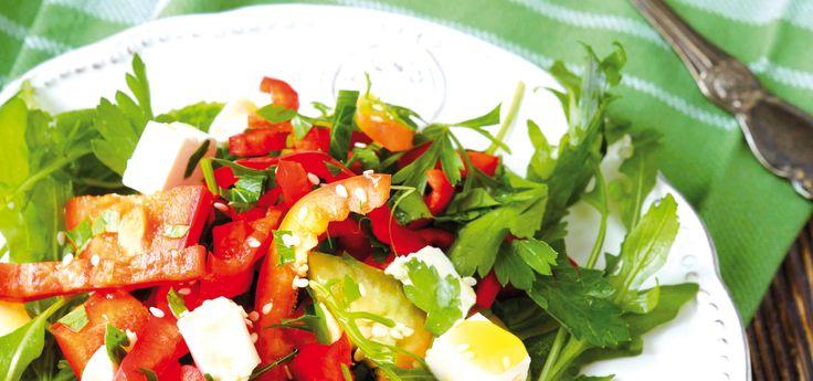 Ensalada de rúcula con mozzarella y pimientos