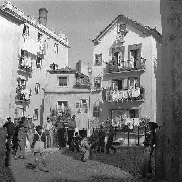 Life as it was in Alfama, Lisboa, Portugal by Biblioteca de Arte-Fundação Calouste Gulbenkian, via Flickr