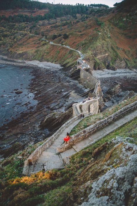 Lady with the Red Dress in San Juan de Gaztelugatxe http://www.iletaitunefaim.com/gaztelugatxe-saisir-le-moment/ #PaysBasque #Euskadi