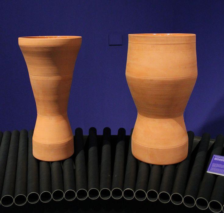 """Jarrones de la serie """"Cloning"""" de 5.5 Design Studio, 2008. La serie de muebles y objetos de esta colección es un proyecto que investigó la posibilidad de crear piezas cuya estética está hecha a imagen y semejanza del usuario, a partir de sus características físicas: el color de los ojos, la radiografía de los huesos, la forma del cuerpo o del cráneo, etc."""