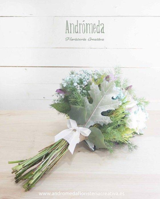 Ramo de novia campestre en azul y malva